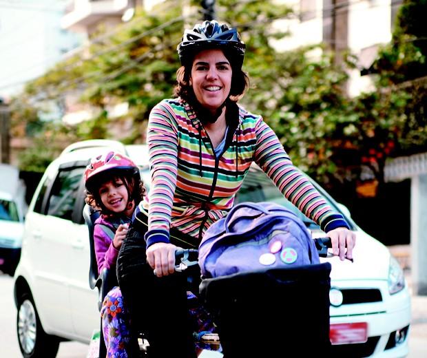 A Produtora Silvia Ballan e a filha Marina; bicicleta; filhos (Foto: Raoni Maddalena)