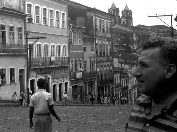 Em 1958, no Largo do Pelourinho, Jorge Amado circula por um dos cenários mais característicos da Bahia (Foto: Acervo Zélia Gattai/Fundação Jorge Amado)