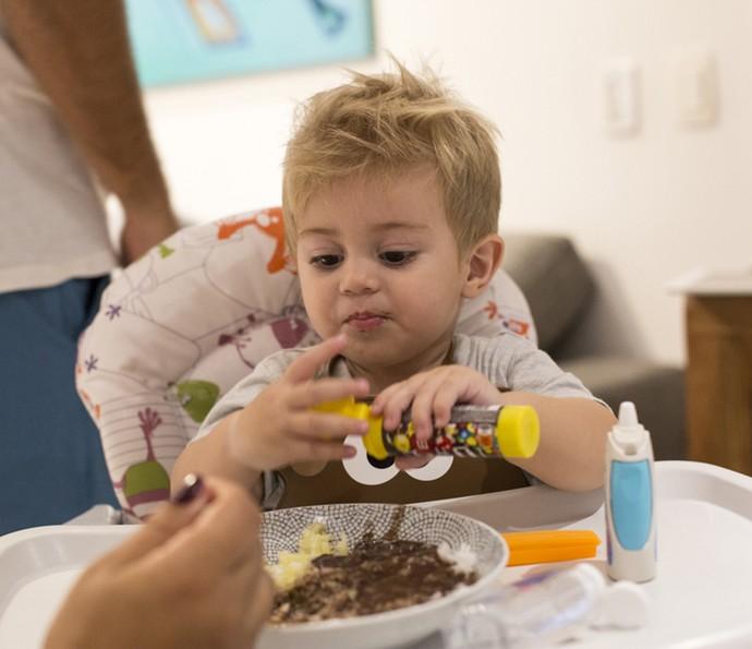 Quando não quer mais comer, Bento cospe a comida, o que aborrece os pais (Foto: Ellen Soares/Gshow)