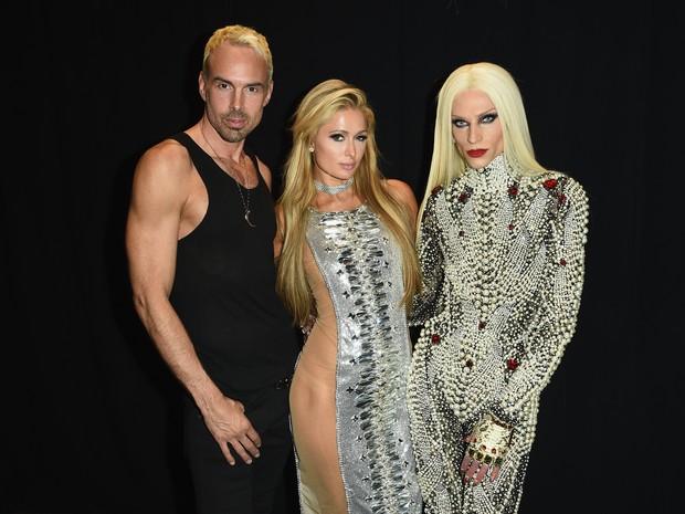 David Blond, Paris Hilton e o estilista Phillipe Blond em semana de moda em Nova York, nos Estados Unidos (Foto: Nicholas Hunt/ Getty Images/ AFP)