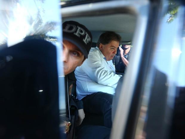 O ex-senador Gim Argello (PTB-DF) deixa sua residência no Lago Sul por volta das 9h20, levado por agentes da Polícia Federal para a Superintendência da PF em Brasília (Foto: Dida Sampaio/Estadão Conteúdo)