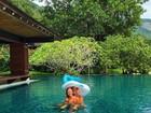 Marina Ruy Barbosa posa agarradinha ao namorado dentro da piscina
