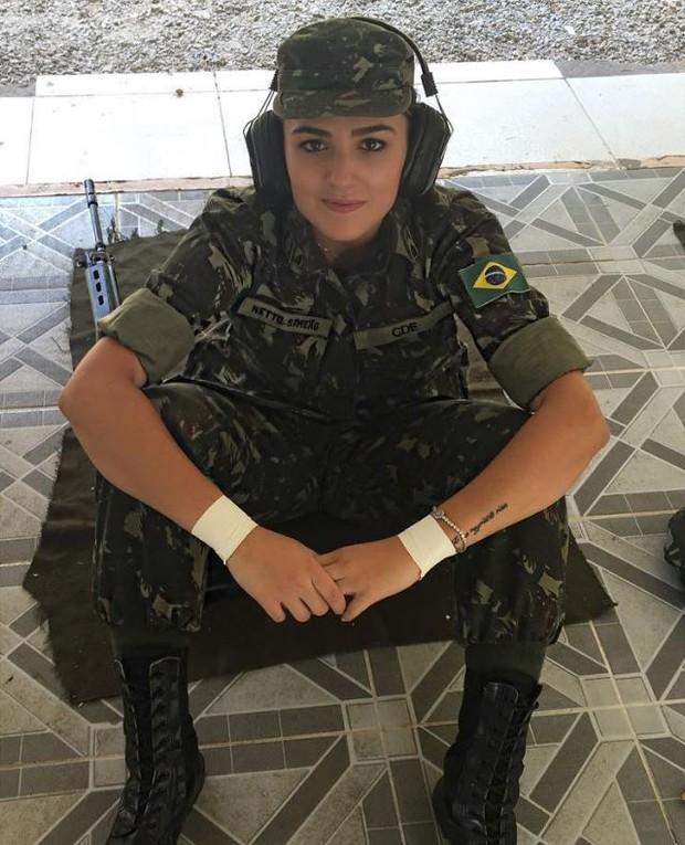 Além de esgrimista, Amanda Simeão é sargento do Exército (Foto: Reprodução/Instagram)