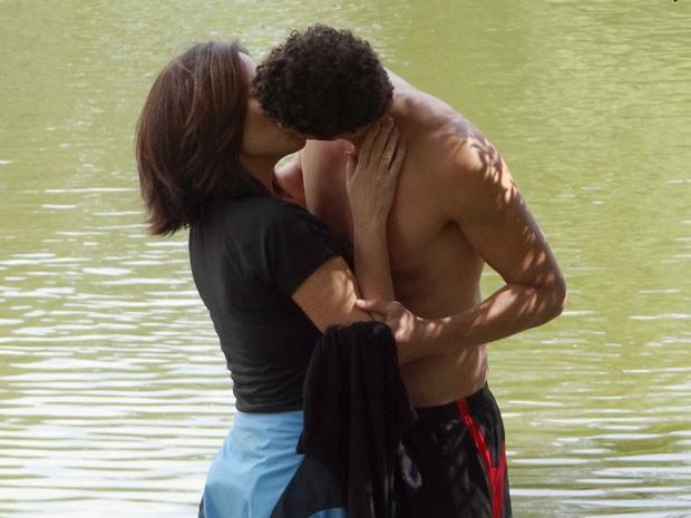 Roberta sonha acordada que está beijando Nando (Foto: Guerra dos Sexos / TV Globo)