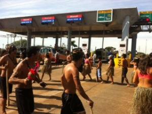 Índios fecharam a praça de pedágio em Jataizinho (Foto: Eduardo Lhamas / RPC TV)
