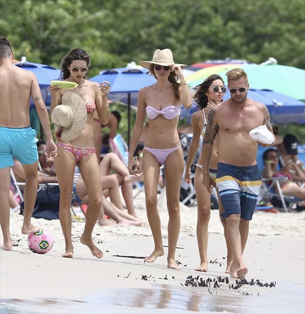 Alessandra Ambrosio na praia da Cachoeira do Bom Jesus com amigos (Foto: AgNews)