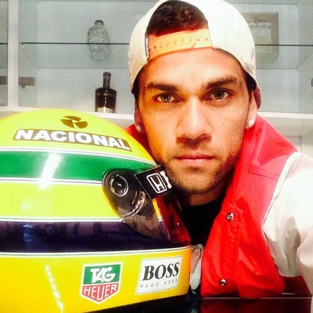 O jogador de futebol Daniel Alves homenageou o piloto publicando uma foto ao lado de um capacete usado por ele: 'Jamais esqueceremos do seu legado, da sua luta e das suas vibrantes e trabalhadas vitórias' (Foto: Reprodução/Instagram)
