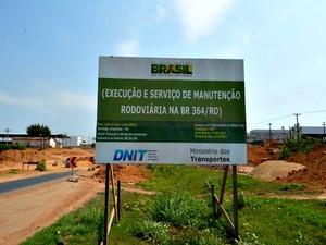 placa do Dnit fixada no local sinaliza que a obra deveria ter sido concluída em julho (Foto: Laiane Martins/G1)