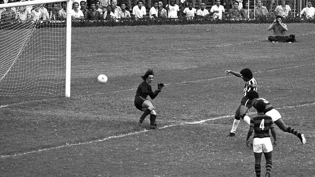 Jairzinho gol Botafogo Flamengo Centenário (Foto: Arquivo / Agência O Globo)