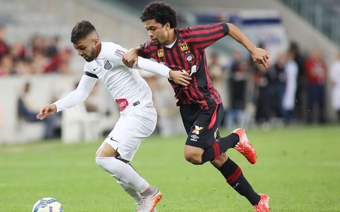 Gabriel, do Santos, e Otávio, do Atlético-PR, disputam bola (Foto: Giuliano Gomes/PR PRESS)