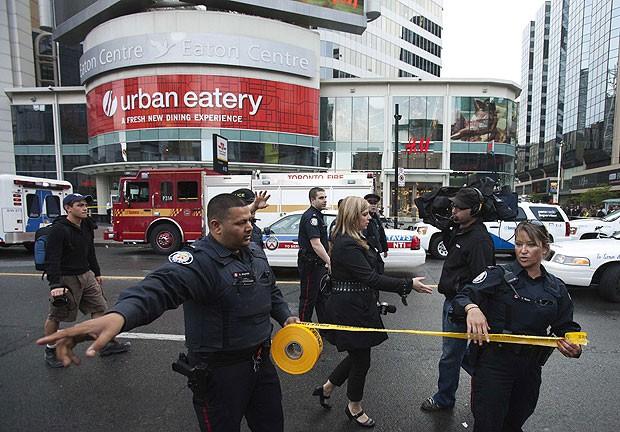 Policiais isolam o Easton Centre, shopping de Toronto, após atirar abrir fogo  (Foto: AP)
