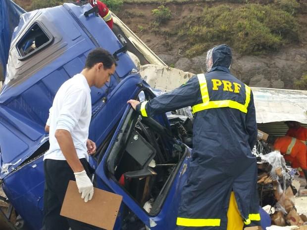 Com a batida, cabine do caminhão ficou praticamente destruída (Foto: PRF/ Divulgação)