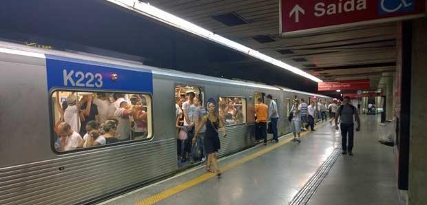 Movimentação na Linha Vermelha do Metrô de São Paulo (Foto: Ardilhes/G1)