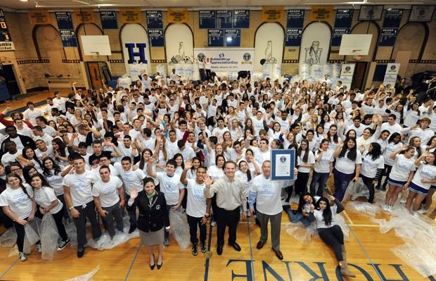 Cerca de 366 alunos participaram do recorde em escola norte-americana (Foto: AP)