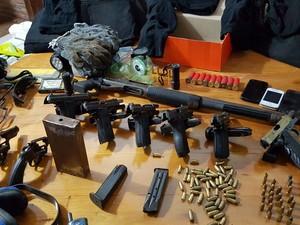 Coletes, armas e munições foram apreendidos com a quadrilha (Foto: Divulgação/ Polícia Civil)