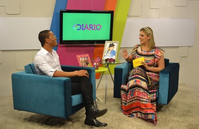 Jessica Leão recebe o mogiano vencedor do reality show 'Desafio da Beleza' do GNT (Foto: Reprodução / TV Diário)