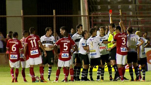 Pedro Paulo é expulso na derrota do XV de Piracicaba para o Mogi Mirim (Foto: Reprodução / EPTV)
