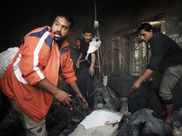 Palestinos no prédio onde morreram 11 pessoas em Gaza (Foto: Marco Longari/AFP Photo)