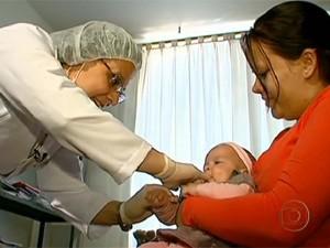 Fonoaudióloga realiza exame em bebê para avaliar situação (Foto: Reprodução/EPTV)