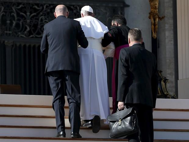 O Papa Francisco é amparado após tropeçar na entrada da Basílica de São Pedro, no Vaticano, no sábado (7) (Foto: Reuters/Alessandro Bianchi)
