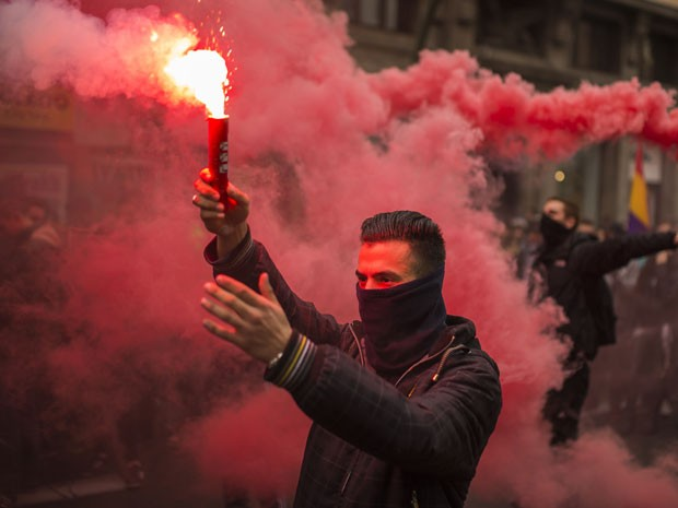 Confusão começou depois que manifestante acendeu um sinalizador (Foto: Andres Kudacki/AP)