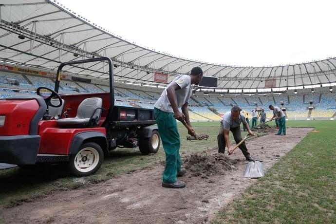 Funcionários iniciam troca de grama do Maracanã (Foto: Divulgação Maracanã)