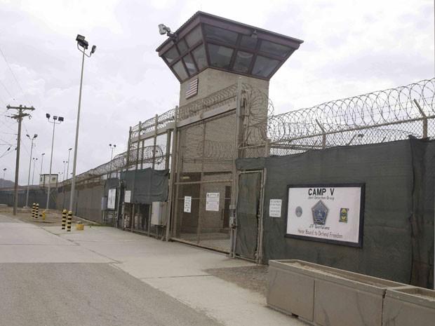 Entrada dos campos 5 e 6 do centro de detenção dos EUA na base militar de Guantanamo, em Cuba (Foto: AP Photo/Ben Fox, File )