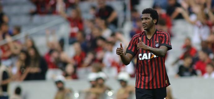 atlético-pr x atlético-mg brasileiro douglas coutinho (Foto: Giuliano Gomes/PR Press)
