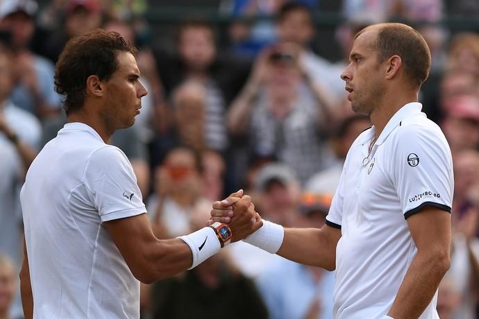 Rafael Nadal e Gilles Muller se cumprimentam na rede (Foto: GLYN KIRK / AFP)