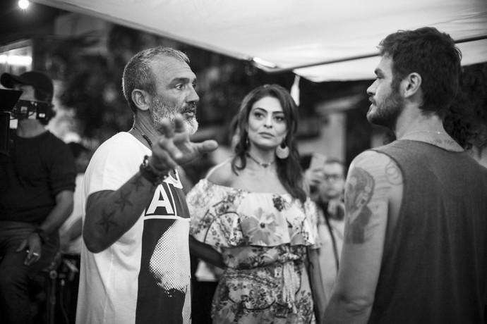 Ju Paes e Emilio Dantas ouvem as orientações de Rogério Gomes (Foto: Raphael Dias/Gshow)