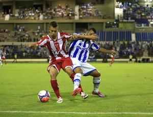 João Henrique e Rafael Granja brigam pela posse de bola (Foto: Ailton Cruz/Gazeta de Alagoas)