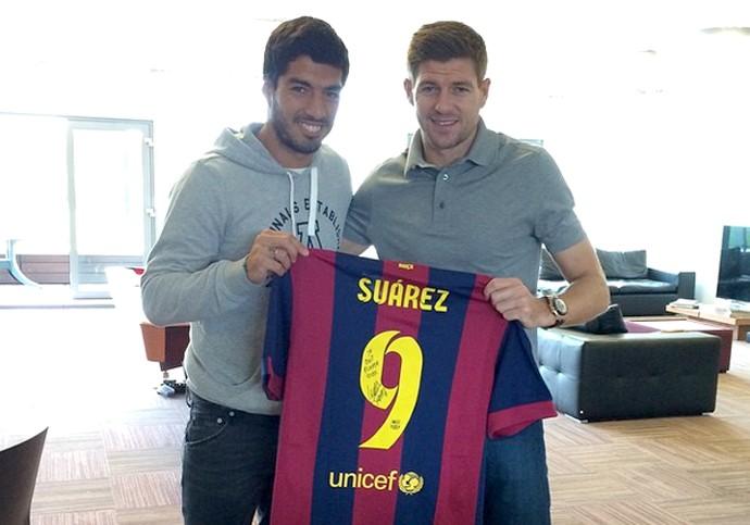 Suarez e Gerrard com a camisa do Barcelona (Foto: Reprodução / Instagram)