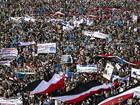 Milhares protestam contra um ano de campanha militar árabe no Iêmen