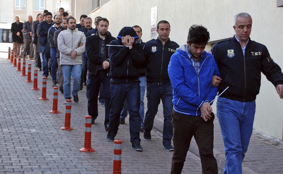 Policiais prendem pessoas suspetias de terem ligação com pregador Fethullah Gulen nesta quarta-feira (26) em Kayseri, na Turquia (Foto: Olay Duzgun/DHA-Depo Photos via AP)