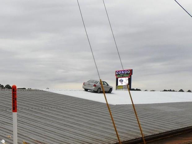 Motorista foi preso após 'estacionar' no telhado de prédio nos EUA (Foto: Benton Police Department)