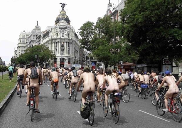 Ciclistas nus passeiam por Madri durante protesto neste sábado (9) (Foto: Paul Hanna/Reuters)