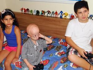 Nathan gosta de jogar vídeo-game com os irmãos, Normando Filho e Nathiely (Foto: Ricardo Araújo/G1)
