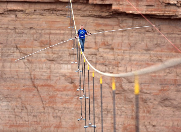 Nik Wallenda atravessou o rio Little Colorado, no Arizona, sem equipamentos de segurança a mais de 457 m de altura (Foto: Discovery Channel, Tiffany Brown/AP)