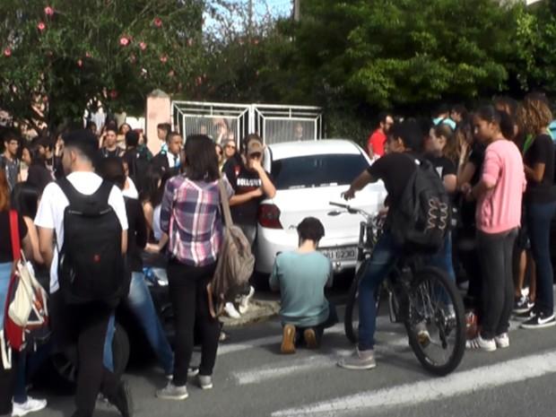 Ocupações em instituições de ensino do Sul de Minas começaram com movimento na Escola Estadual David Campista, a maior de Poços de Caldas, MG (Foto: Reprodução EPTV/Claudemir Camilo)