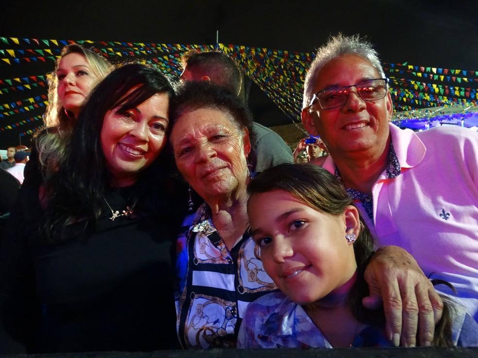 Maria da Conceição ao lado da nora, do filho e da neta no Pátio de Eventos (Foto: Joalline Nascimento/G1)