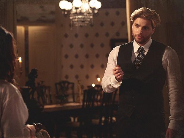 Edgar encontra o objeto na sala e suspeita de Catarina (Foto: Lado a Lado / TV Globo)