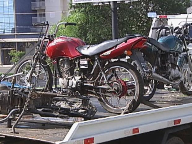 Motos que podem ter sido furtadas também foram apreendidas  (Foto: Reprodução / TV TEM)