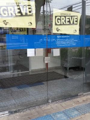 Unidade bancária fechada por causa da greve  (Foto: Adriana Pellegrino/G1)