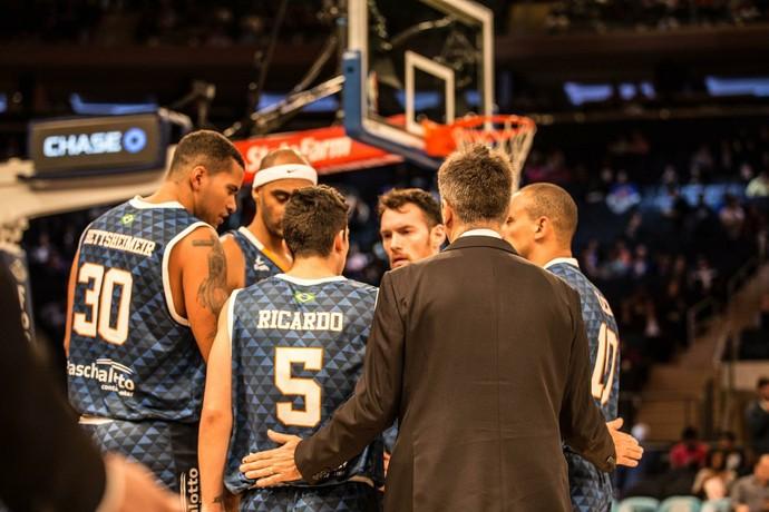 Jogadores do Bauru ao lado do técnico Guerrinha no Madison Square Garden (Foto: Divulgação/Bauru)