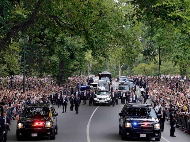 Papa Francisco lidera procissão na tarde desta sexta-feira (25) no Central Park, em Nova York (Foto: REUTERS/Richard Drew/AP/POOL)