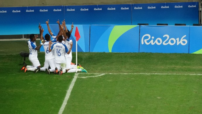 Jogadores de Honduras comemoram o gol (Foto: Rafael Araújo)