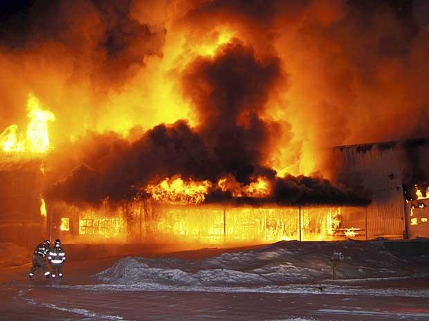 Combate às chamas em restaurante em Kansas City se complica por causa de explosões secundárias. (Foto: Chuck Blaquière / AP Photo)