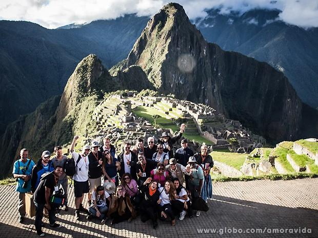 Elenco e equipe se reúnem para uma foto na cidade mágica de Machu Picchu (Foto: Amor à Vida / TV Globo)