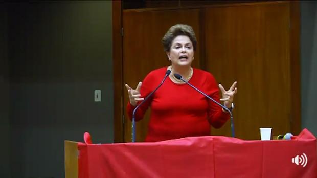 A ex-presidente Dilma Rousseff discursa em evento sobre um ano de golpe no Rio Grande do Sul (Foto: Reprodução/Facebook)