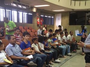 30 estudantes de escolas públicas e particulares foram escolhidos para votação (Foto: Juliana Barros/G1)